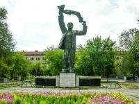 Скульптура «Машиностроитель». Август 2005 года