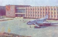 Самолёт у дворца пионеров и школьников