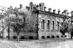 В 1918 году в этом здании размещался штаб обороны Орска