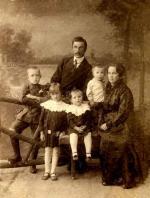 Пальмов Владимир Васильевич с семьёй — жена Ольга Фёдоровна и четверо детей (слева направо по старшинству) Николай, Ольга, Елизавета и Семён