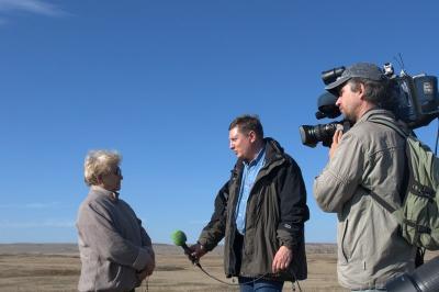Сопоцько Галина Алексеевна дает интервью журналистам телекомпании НТВ в районе Каргалинских рудников. Октябрь 2011 года.